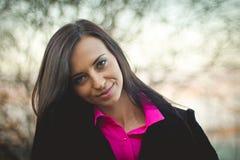 Portret młoda dziewczyna w jesień lesie przy zmierzchem różowa koszulka fotografia stock