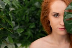 Portret młoda i piękna kobieta w tropikalnych liściach zdjęcia stock