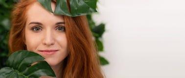 Portret młoda i piękna kobieta w tropikalnych liściach obrazy stock