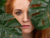 Portret młoda i piękna kobieta w tropikalnych liściach zdjęcie royalty free