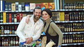 Portret młoda mody para w supermarkecie w wino sklepie lub zbiory