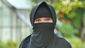 Portret młoda muzułmańska dziewczyna w czarnym hijab zdjęcie wideo