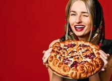 Portret młoda piękna blondynka trzyma wyśmienicie domowej roboty jagodowego kulebiaka w chustce na głowę zdjęcia royalty free