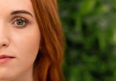 Portret młoda rudzielec kobieta z doskonalić skórą obrazy stock