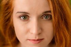Portret młoda rudzielec kobieta z doskonalić skórą obraz stock