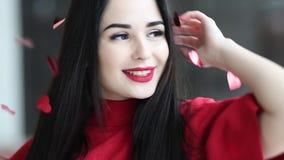 Portret młodej pięknej kobiety szczęśliwy roześmiany taniec z czerwonych serc spada puszkiem zbiory wideo