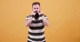 Portret młody człowiek pieści jego wąsa i brodę zbiory