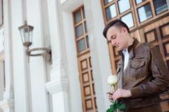 Portret młody człowiek w miłości która czekać na jego dziewczyny zdjęcie stock