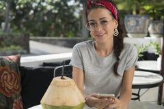 Portret młody model w na wolnym powietrzu kawiarni obraz stock