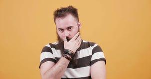 Portret młody przystojny mężczyzna układa jego brodę i patrzeje kamerę zdjęcie wideo