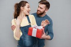 Portret mąż daje prezenta pudełku jego żona obrazy royalty free