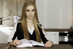 Portret mądra studencka czytelnicza książka Fotografia Stock
