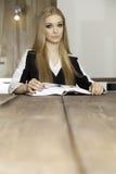 Portret mądra studencka czytelnicza książka Zdjęcia Stock