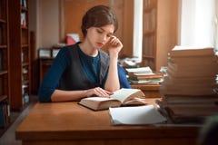 Portret mądry uczeń w bibliotece uniwersyteckiej zdjęcia royalty free
