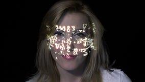 Portret mądrze inteligentny blondynki kobiety główkowanie dlaczego rozwiązywać całki podczas gdy matematyk formuły projektują na  zdjęcie wideo