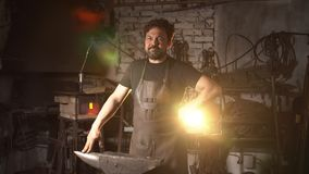 Portret mężczyzna blacksmith w pracującej atmosferze Brutalni mężczyzna spojrzenia, uśmiechy przy kamerą i Zdjęcia Stock