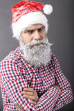 Portret mężczyzna jest ubranym Santa czerwoną nakrętkę z zamarzniętą brodą Zdjęcia Royalty Free