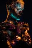 Portret mężczyzna malował w fluorescencyjnych ULTRAFIOLETOWYCH kolorach Obrazy Royalty Free