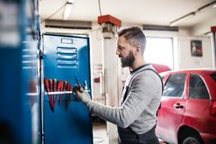 Portret mężczyzna mechanik w garażu Zdjęcie Stock