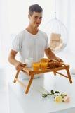 Portret mężczyzna mienia taca z śniadaniem Obraz Stock