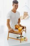Portret mężczyzna mienia taca z śniadaniem Zdjęcie Royalty Free