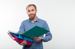 Portret mężczyzna mienia uśmiechnięte przypadkowe falcówki Zdjęcie Stock