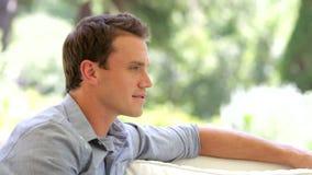 Portret mężczyzna obsiadanie Na kanapie I ono Uśmiecha się zdjęcie wideo