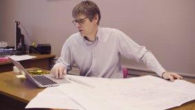 Portret mężczyzna obsiadanie przy biurkiem w biurze zdjęcie wideo
