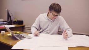Portret mężczyzna obsiadanie przy biurkiem w biurze zbiory wideo