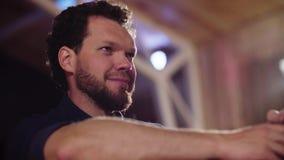 Portret mężczyzna obsiadanie w pokoju zbiory wideo