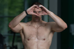 Portret mężczyzna Pokazuje serce Z rękami Zdjęcia Royalty Free