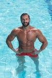 Portret mężczyzna Pozuje W Pływackim basenie Zdjęcie Royalty Free