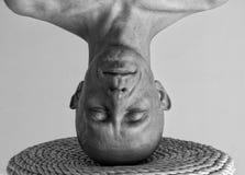 Portret mężczyzna pozycja na jego głowie Obraz Royalty Free