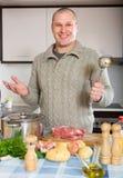 Portret mężczyzna przy kuchnią obraz royalty free