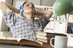 Portret mężczyzna słucha muzyka zdjęcie stock