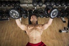 Portret mężczyzna udźwigu mięśniowi ciężary przy gym Fotografia Royalty Free