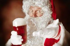 Portret mężczyzna w Święty Mikołaj kostiumu fotografia stock