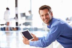 Portret mężczyzna w biurowej używa pastylce Fotografia Royalty Free