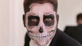 Portret mężczyzna w kostiumu z Halloweenowym czaszka makijażem pokazuje jego emocje zbiory wideo