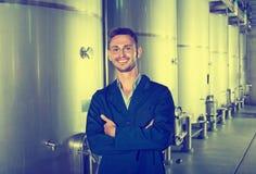 Portret mężczyzna wytwórnii win pracownik na wino fabryce w drugorzędnym ferme Zdjęcia Stock
