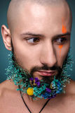 Portret mężczyzna z kreatywnie kolorowym makeup zdjęcie royalty free