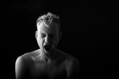 Portret mężczyzna ziewanie na czarnym tle Obraz Royalty Free