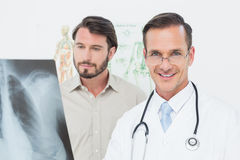 Portret męska lekarka i pacjent z płuca xray Obrazy Royalty Free