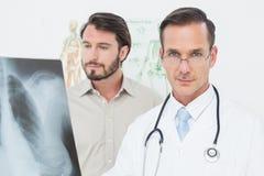 Portret męska lekarka i pacjent z płuca xray Obraz Royalty Free