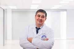 Portret męska lekarka nad kliniki tłem Fotografia Royalty Free
