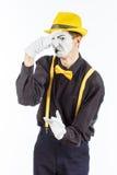 Portret męski aktor, pantomima, zakrywa jego przeciw a nos zdjęcia stock