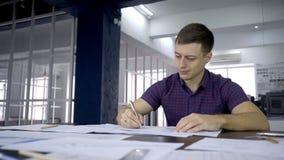 Portret męski architekt który jest rysowaniem projekt patrzeje w rezultaty badanie zbiory wideo