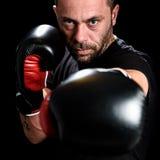 Portret męski atleta boksera mężczyzna patrzeje agresywny z Boxin Zdjęcie Royalty Free