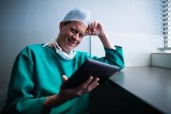 Portret męski chirurg używa cyfrową pastylkę Zdjęcie Stock