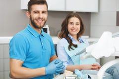 Portret męski dentysta młody szczęśliwy żeński pacjent i Obrazy Royalty Free